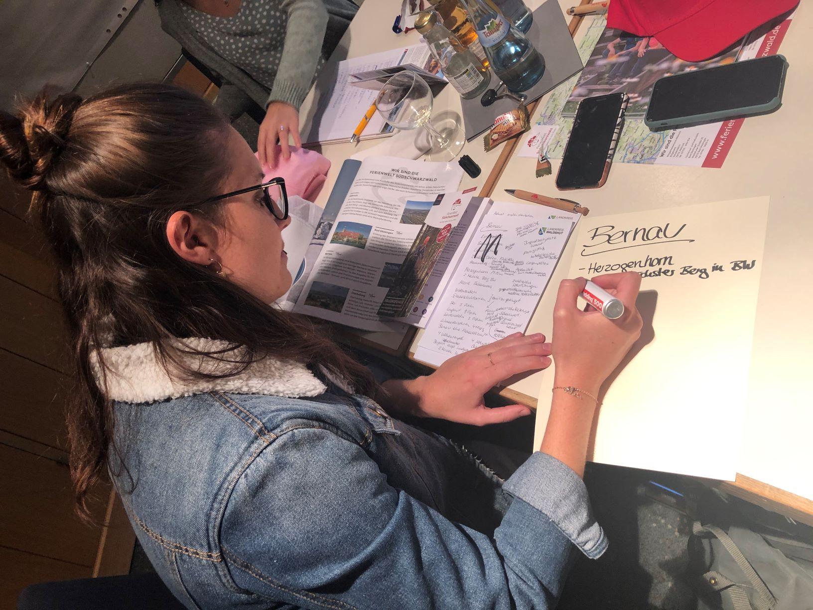 FerienWelt Carina beim notieren von Ideen