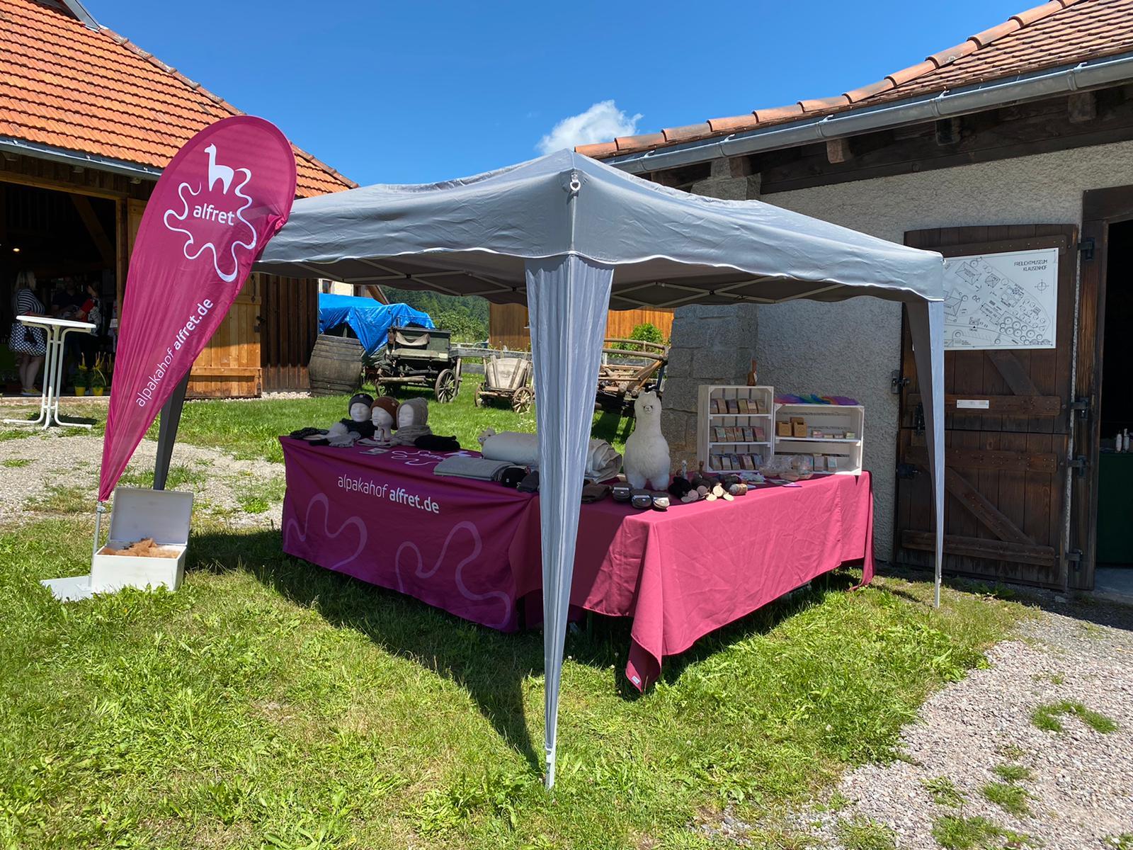 """Marktstand,Alpakahof, """"Alfret"""", Klausenhof, Markt, einkaufen, Alpaka, Landschaft, Natur, Dorf, Sommer"""