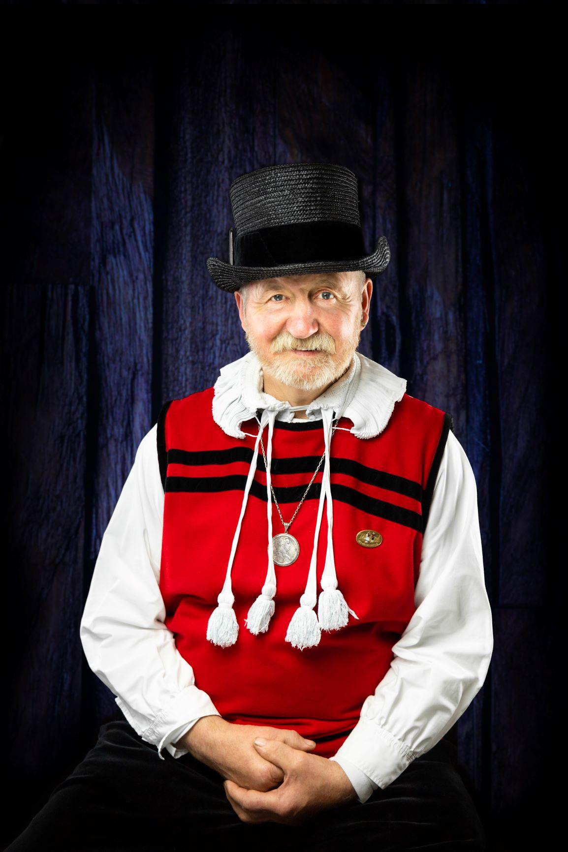 Ein Herr in der traditionellen Ibacher Tracht