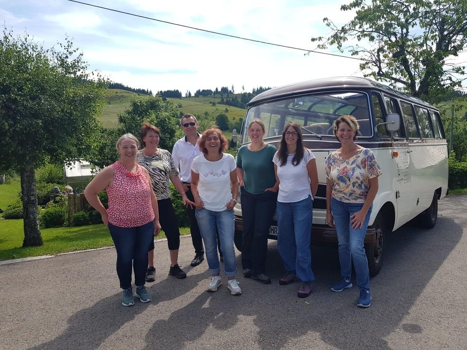 """Christina Müller (ganz rechts) mit ihren fünf Mitstreiterinnen von """"Lecker aufs Land"""" und dem Busfahrer des berühmten SWR-Oldtimers."""