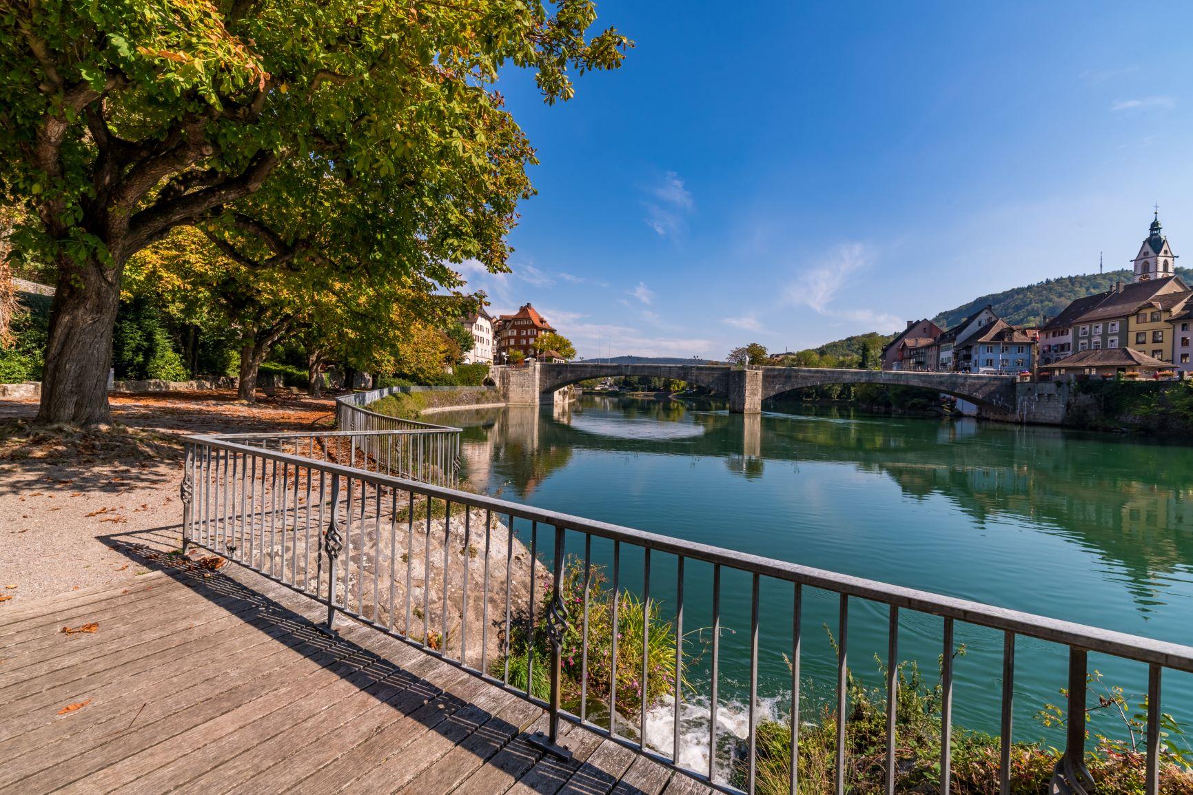 Auf einem Steg mit Blick auf den Rhein und die Brücke zwischen Laufenburg Schweiz und Deutschland